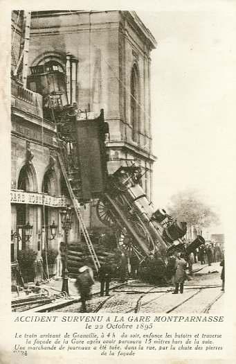 Une image célèbre, la locomotive ayant traversé la gare de Montparnasse pour finir sur la place de Rennes le 22 octobre 1895